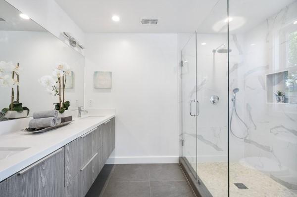 Quale box doccia scegliere in un bagno total white-mpglass